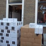 De wijnen van Château Cabezac staan klaar om binnen te worden gezet.